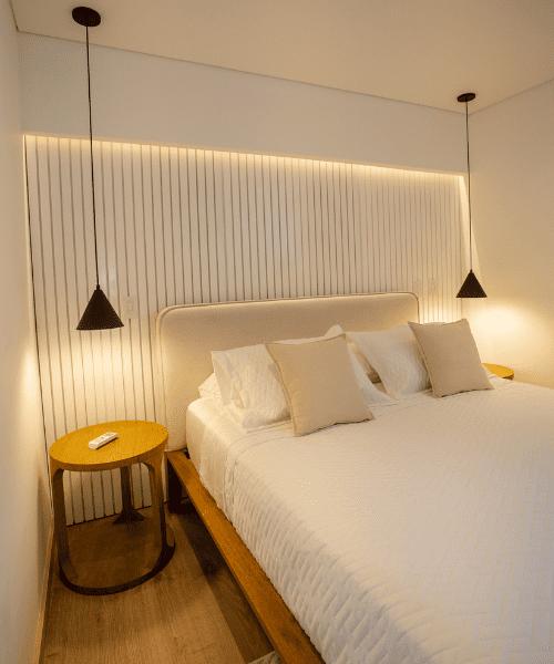 Habitación iluminada con lámparas de techo Fokuss proyecto Torre Dalí